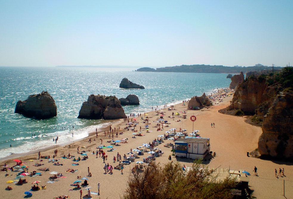 Португалия. Пляж Прайя да Роша (Praia da Rocha).